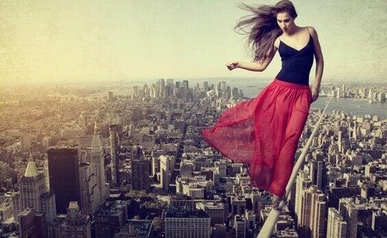 Donna in equilibrio su una corda sospesa