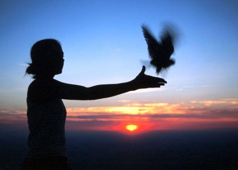 Donna libera un uccello