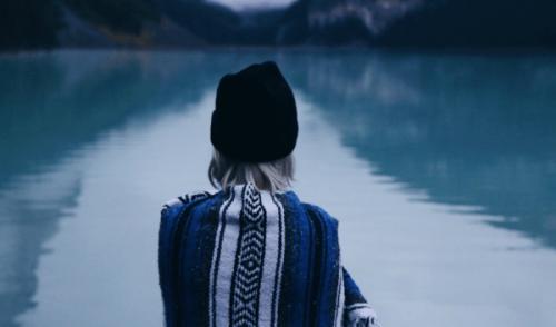 Donna che osserva un lago