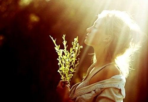 Donna che riceve la luce