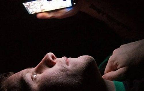Insonnia tecnologica - uomo con cellulare