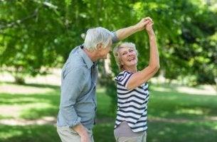 Invecchiare bene - coppia di anziani che balla