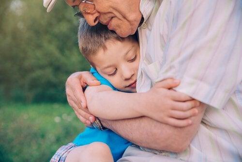 Nonno che abbraccia il proprio nipote