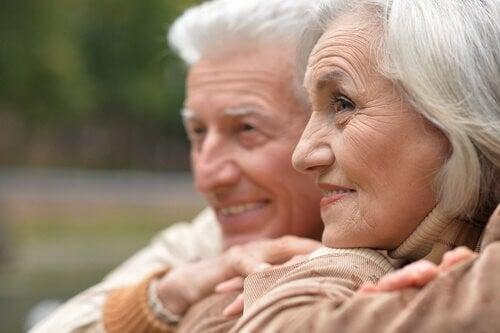 Persone anziane abbracciate