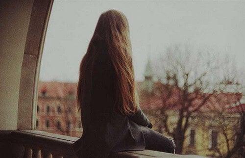 Stare soli: una ragazza affronta la solitudine