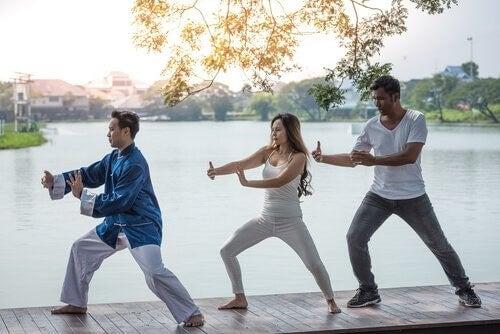 Tre persone che fanno chi kung
