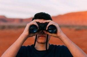 Uomo con binocolo cosa ci riserva il futuro