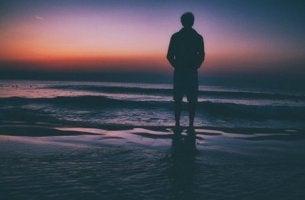 Uomo che gode dell'esperienza di stare soli con se stessi