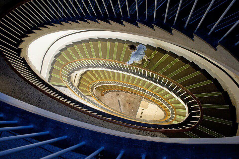 Uomo scende le scale