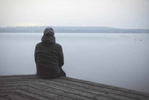 Uomo seduto sul pontile