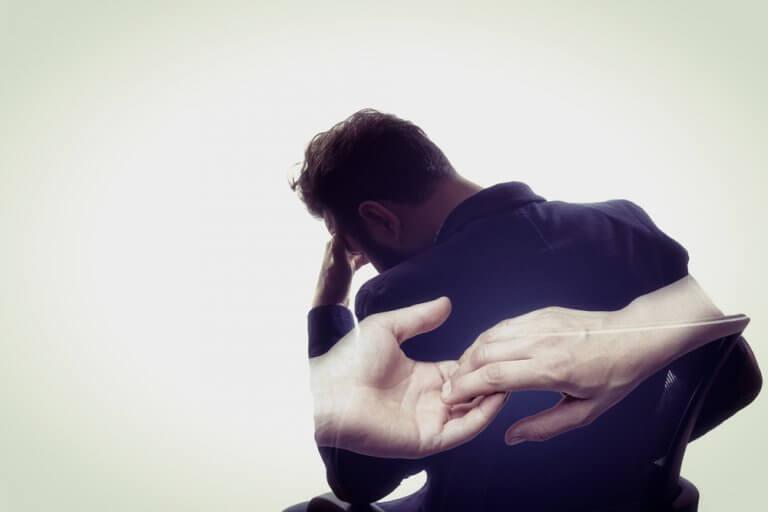 Uomo triste e mani che si incontrano
