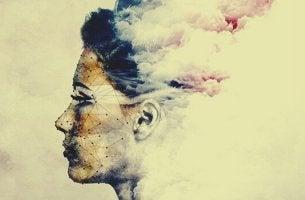Volto di donna avvolto da nubi