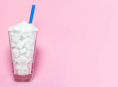 Bicchiere pieno di zollette di zucchero