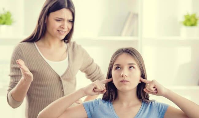 Adolescente che non ascolta la madre