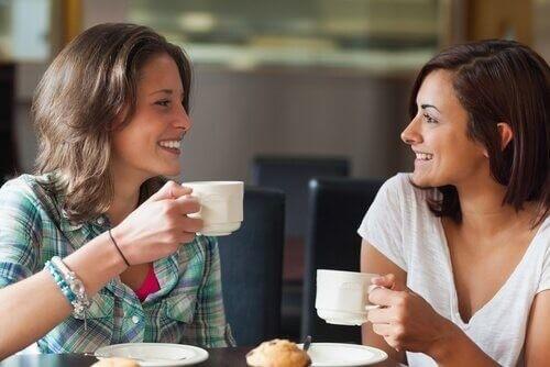 Due amiche parlano e bevono caffè