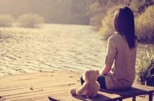 Bambina sola sensazione di abbandono