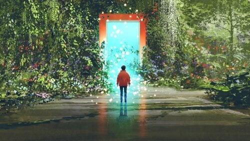 Persona di spalle davanti a una porta in mezzo alla natura