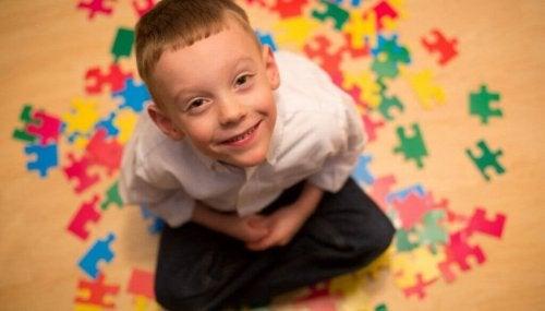 Bimbo autistico che sorride