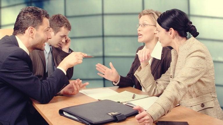 Colleghi che parlano di affari