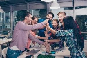 Colleghi felici in ambiente di lavoro