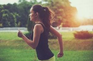 Donna che corre dipendenza da running