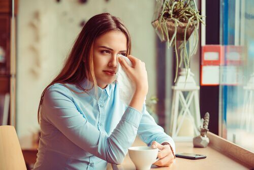 Donna che piange il dolore per la fine di una relazione