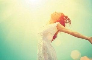 Donna che sa che essere flessibili porta felicità