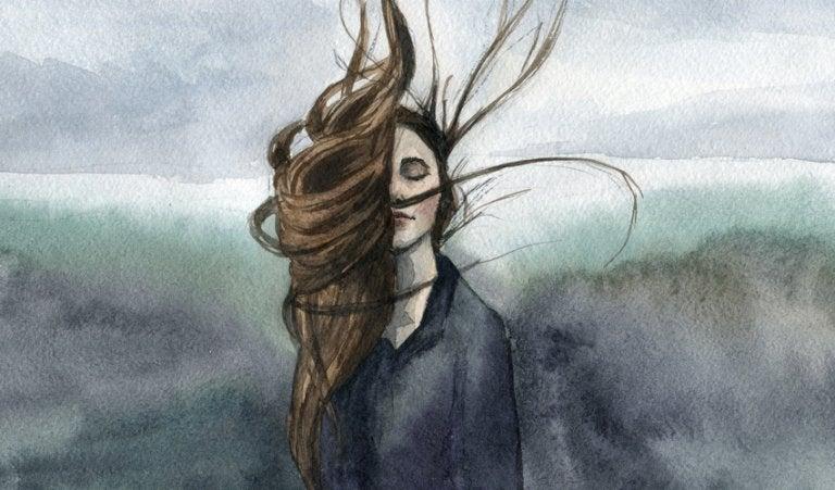 Donna con capelli sciolti al vento e occhi chiusi