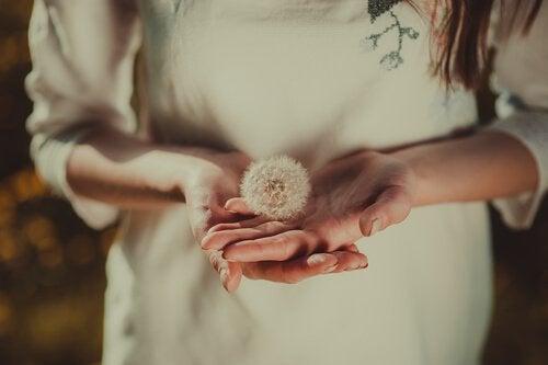 Donna con soffione in mano