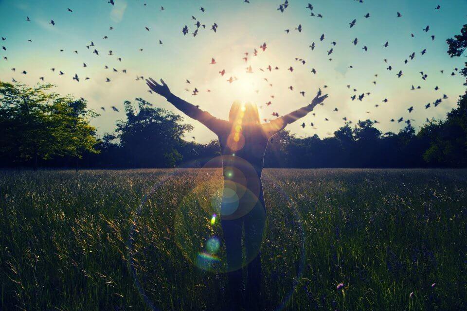 Donna con le braccia aperte contatto con la natura
