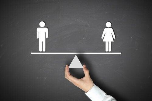 Donna e uomo in equilibrio su bilancia