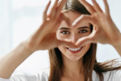 Donna cuore con mani