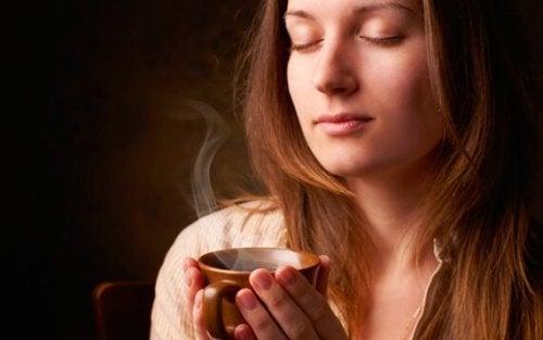 Donna gusta una tazza di caffè