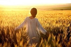 Donna in un campo di grano ikigai