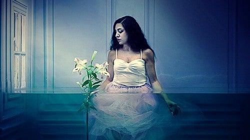 Donna in una casa piena d'acqua