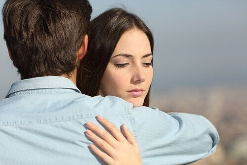Donna infedele abbracciata a un uomo