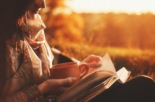 Donna che legge un libro cartaceo