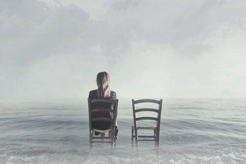 Donna seduta e sedie