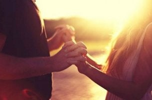 Due persone a mani giunte entrare in sintonia con una persona introversa