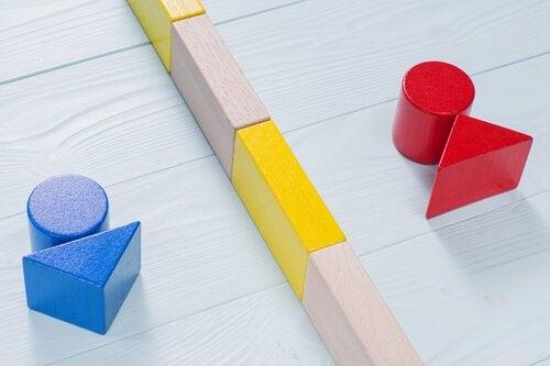 Forme in legno a simboleggiare generi separate da linea