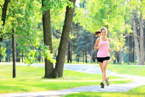 Giovane donna che fa esercizio