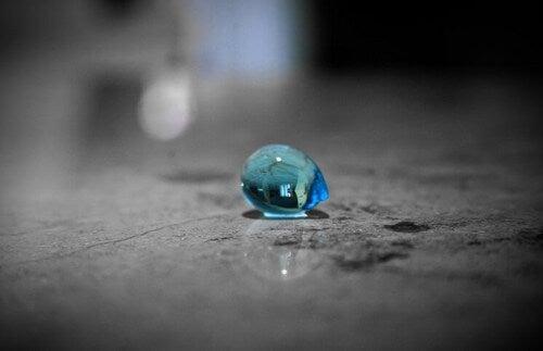 Goccia azzurra sul suolo