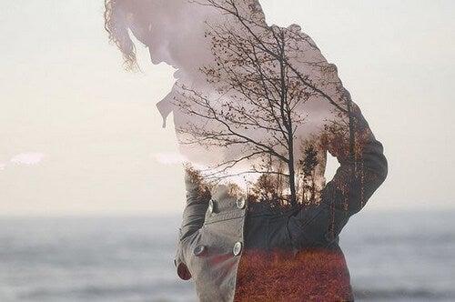 Immagini sovrapposte di una donna e di un albero