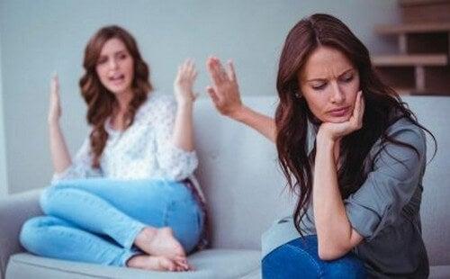 Madre e figlia che discutono
