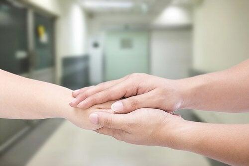 Mani che stringono una mano