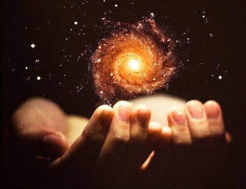 Mani con energia sopra a rappresentare potere apprendimento