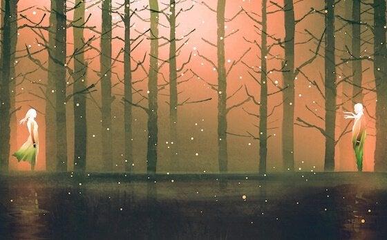 Sagome di coppia in un bosco