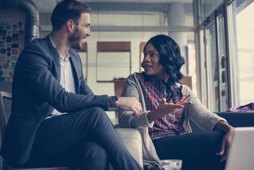 Un uomo ed una donna conversano