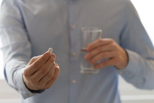 Uomo che assume un medicinale