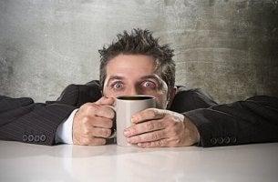 Uomo con intossicazione da caffeina